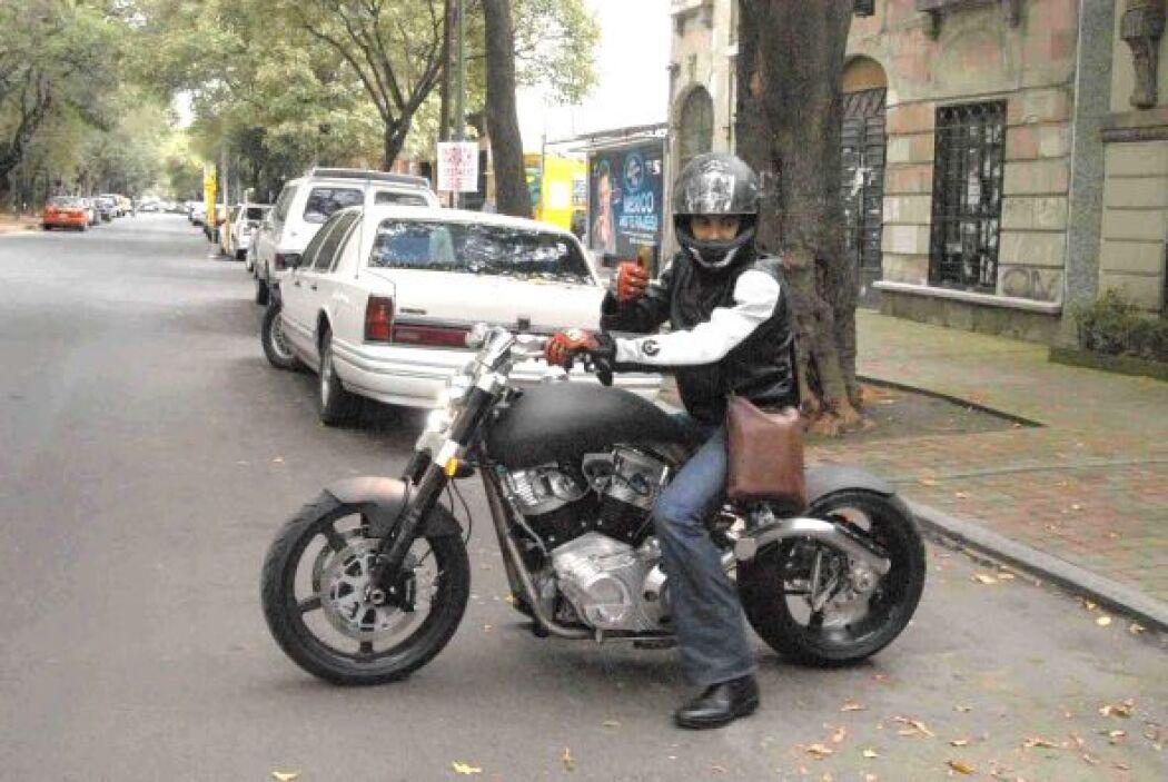 A donde quiera que vaya siempre utiliza su amada motocicleta.
