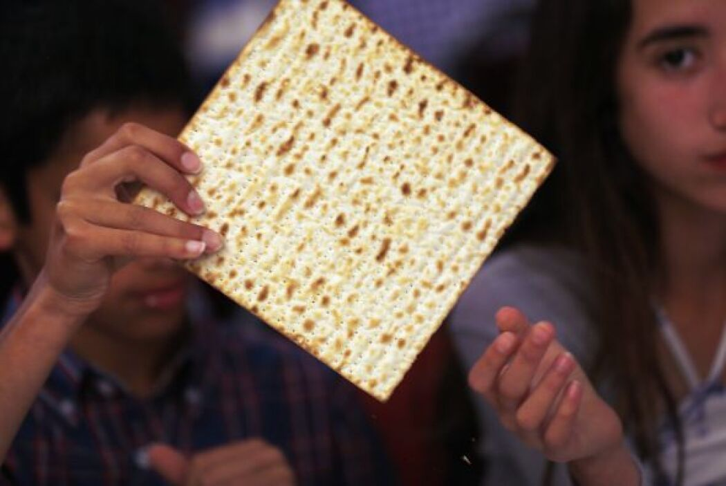 "Durante la festividad se acostumbra a comer Matzá (מצ""), o pan ácimo."