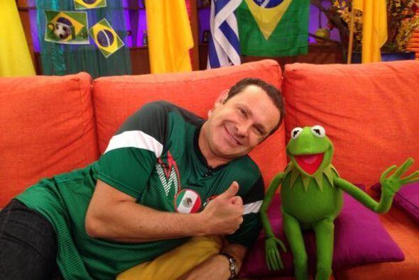 Alan muy combinando con el verde de la Rana Kermit.