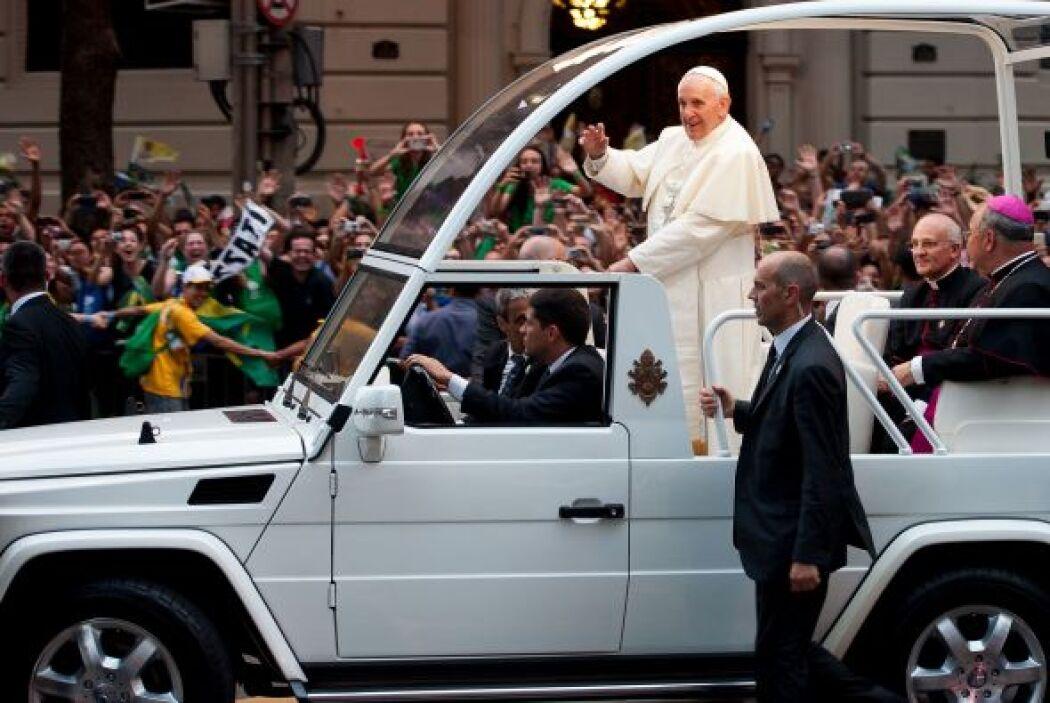 El papamóvil pasó por emblemáticas edificaciones de Río de Janeiro como...