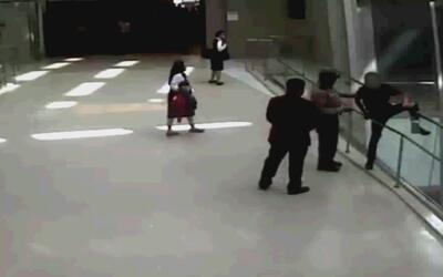 Guardia de seguridad consiguió evitar que un joven se lanzara al vacío p...