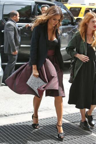 Jessica entró a una tienda en Manhattan, pero no se fijó por dónde pisaba.