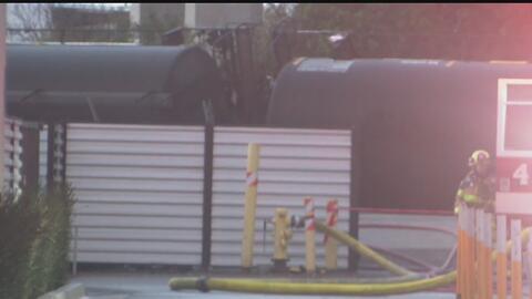 Se descarrilan tres vagones de un tren en el que transportaban gas líqui...