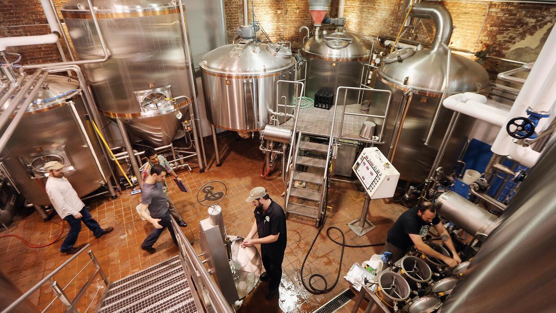 Una cervecería en Brooklyn, Nueva York. Industrias que trabajan e...