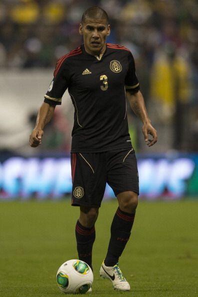 Carlos Salcido (7): Aportó su experiencia a la parte defensiva del conju...