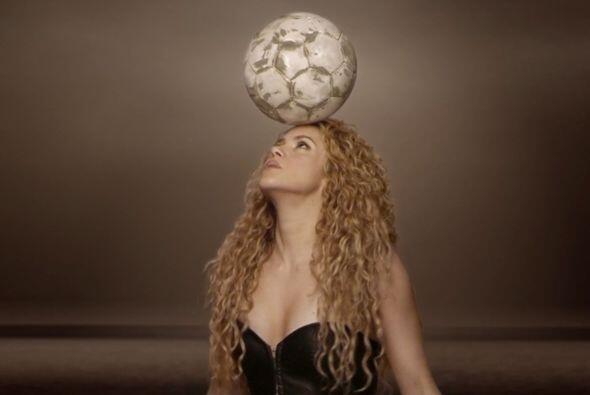 La sexy colombiana demostró sus dotes de 'futbolista' dominando el balón...