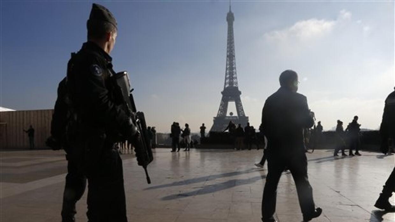 Agentes cuidan los alrededores de París