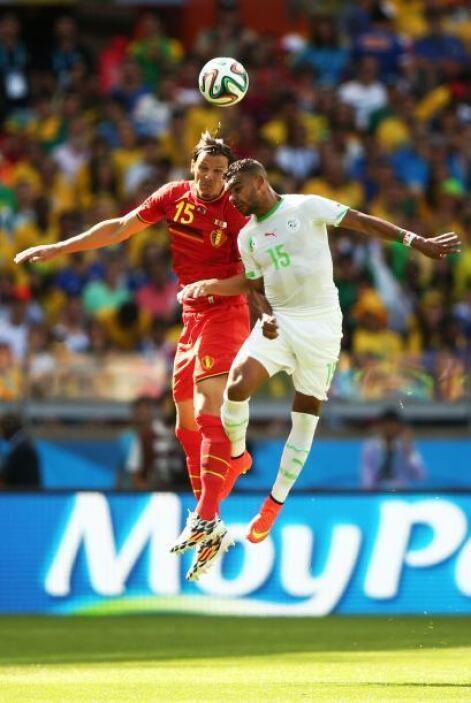 Daniel Van Buyten de Bélgica y El Arbi Hillel Soudani de Argelia pelean...