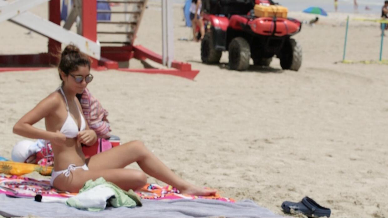Gestos que todos hacemos en la playa: edición femenina