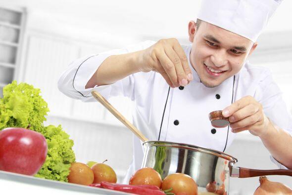 Sazona al final: La imagen común del chef que agrega innumerables condim...