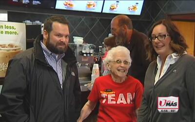 Mujer de 94 años celebra 44 años trabajando en McDonalds