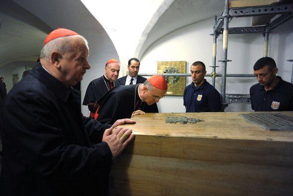 Por lo pronto, la tumba de Juan Pablo II ya fue abierta. El ataúd ya fue...