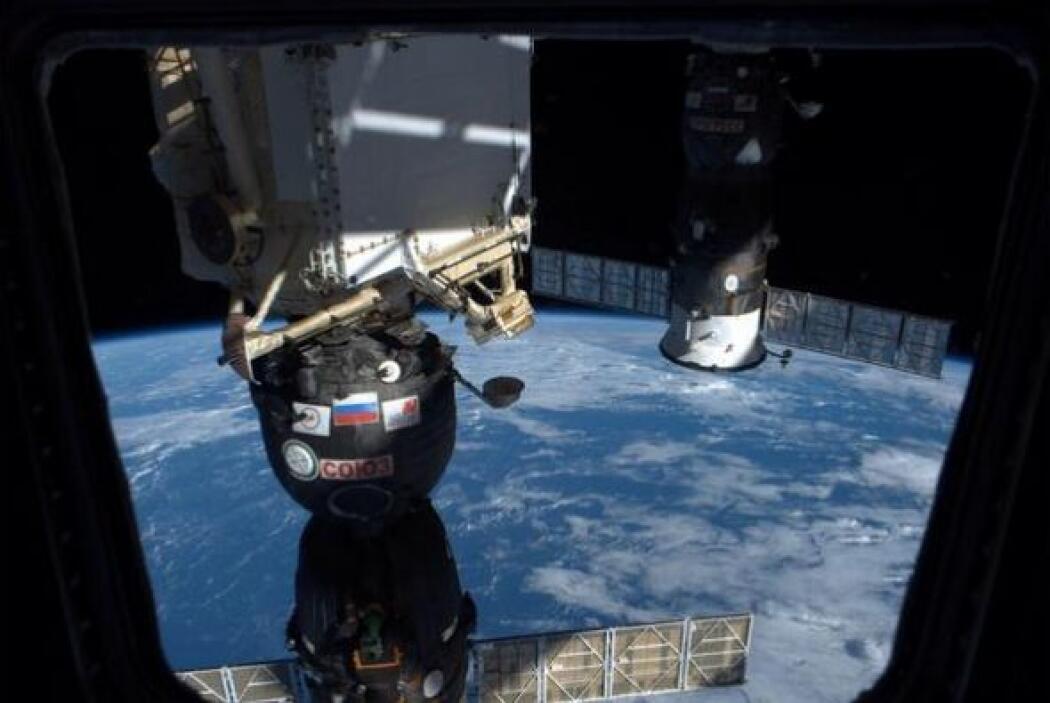 No puedo dejar de mirar afuera! desde la Soyuz @ astro_alex @ msuraev Fo...