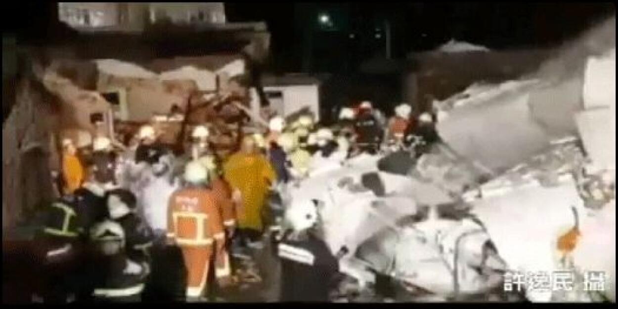 Los bomberos y rescatistas encontraron la caja negra, que será analizada...