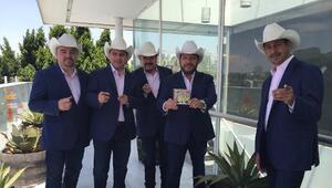 Los miembros del grupo norteño Pesado, de izquierda a derecha, Julio Tám...