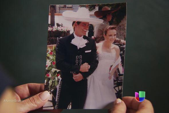 ¡Dios santo! Miriam encuentra una fotografía de la boda ent...