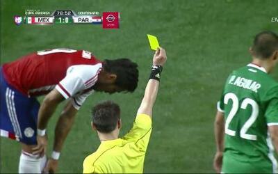 Tarjeta amarilla. El árbitro amonesta a Paul Aguilar de México