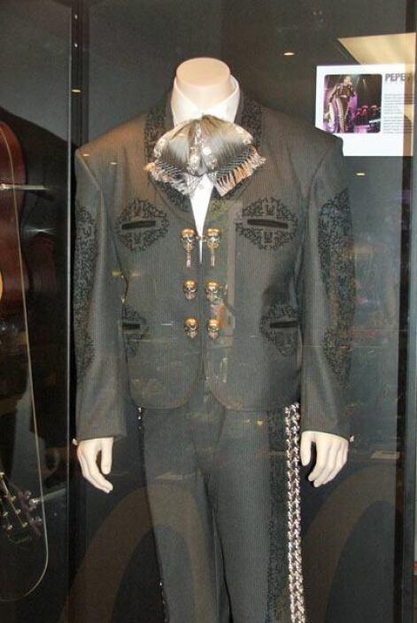 Tambien el museo exhibe atuendos donados por los artistas como este vest...
