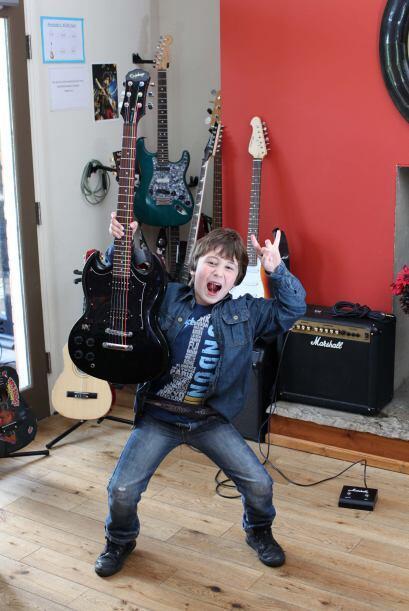 ¡Este pequeñín toca la guitarra y compone sus propia música!
