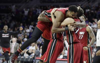 Hassan Whiteside (izquierda), pívot del Heat de Miami, es felicit...