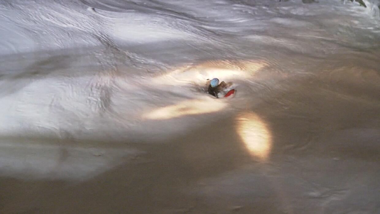 En video: una mujer muere y otra es rescatada tras caer al agua en las p...