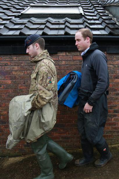 El duque de Cambridge, de 32 años, platicó con este integrante de las fu...