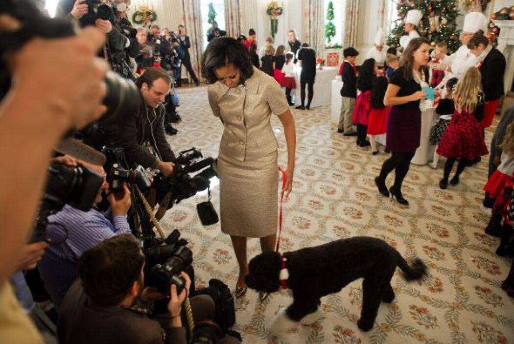 El canino pasó por la rueda de prensa antes de ser presentado a las hija...