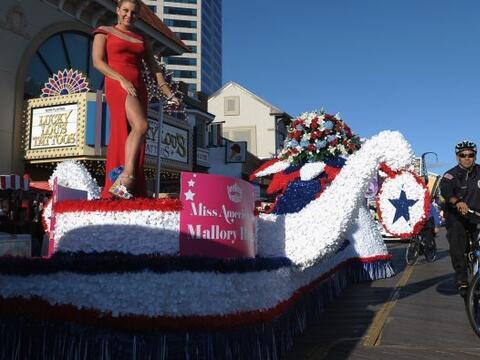 La Miss America 2013 Mallory Hagan comenzó el desfile de las bell...