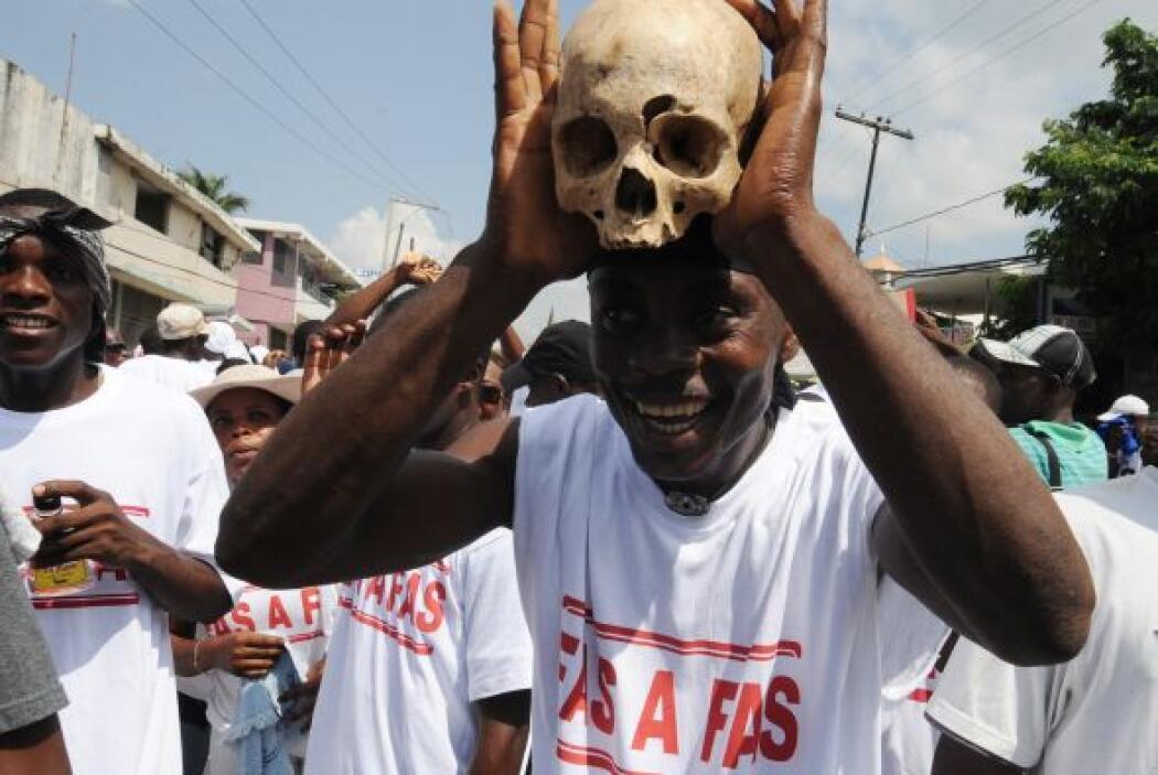 El ídolo haitiano, de 40 años, se dirigió a una multitud vestida con cam...