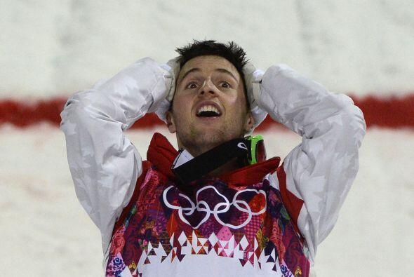 El canadiense Alex Bilodeau, medallista de oro en Esquí libre, reacciona...
