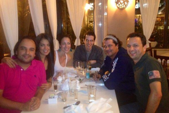 Carolina y Andrés comparten buenos momentos con sus compañ...