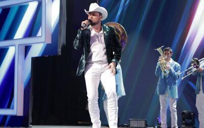 Roberto Tapia llego con el Regional Mexicano al escenario de Teletón USA...