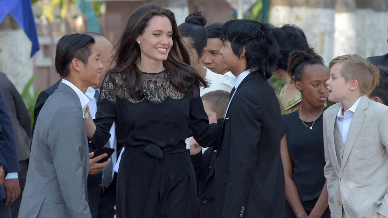 Angelina Jolie viajó con sus hijos Maddox, de 15 años; Pax...