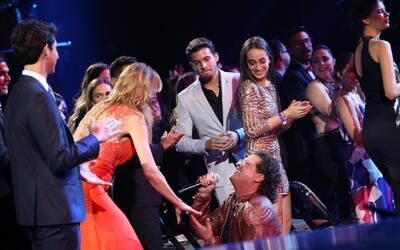 De rodillas, así le cantó Carlos Vives a Lili Estefan en 'Premio Lo Nues...
