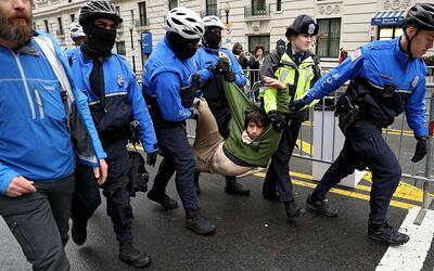 En algunas protestas la policía tuvo que intervenir.