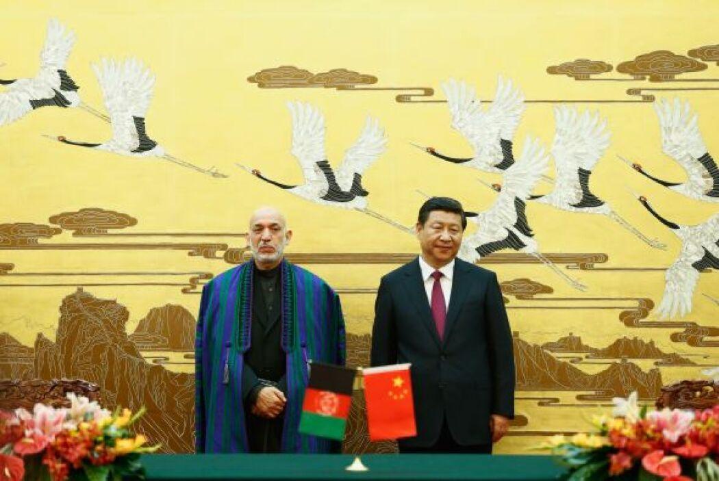 El presidente chino, Xi Jinping  y el presidente afgano, Hamid Karzai en...