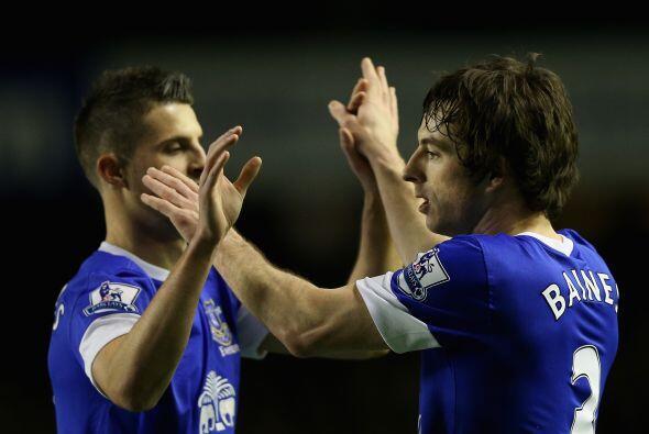 Finalmente, el Everton, con dos tantos de Leighton Baines, consiguió la...