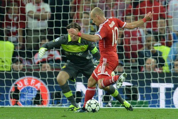Robben quedó solo frente al portero por enésima ocasión y amagó hacia su...