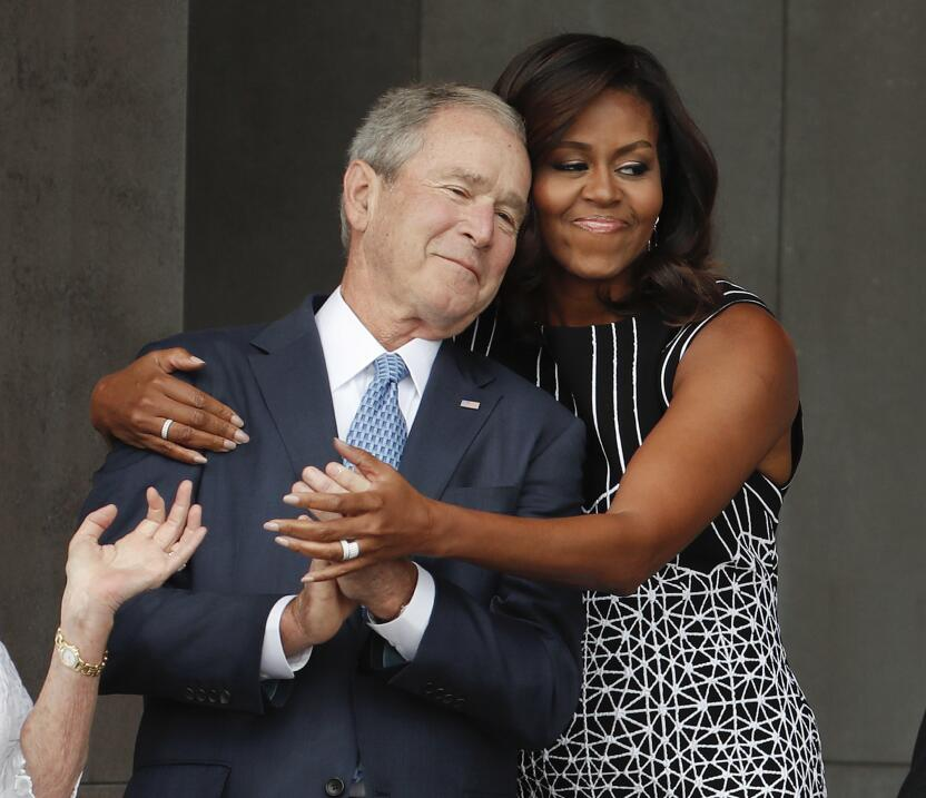 Michelle Obama abraza a George W. Bush en el emotivo evento.