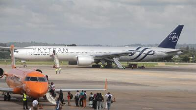 El avión de Air France en su aterrizaje en Mombasa, Kenia.