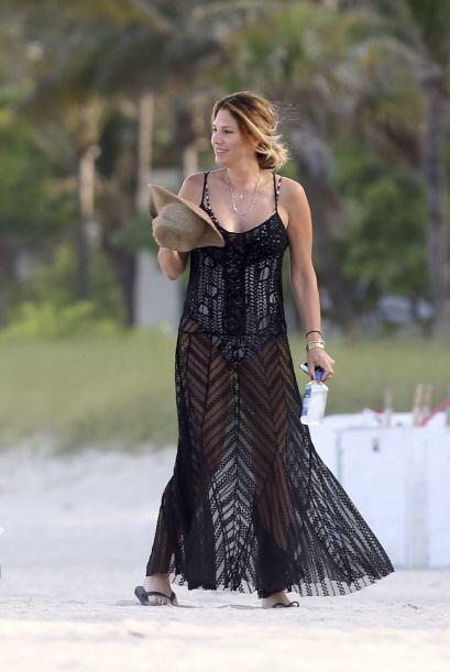 Al partir se cubrió con un largo vestido transparente.Mira aquí lo últim...