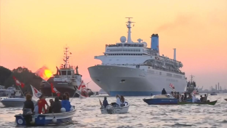 Pequeños botes se enfrentan a grandes barcos en una protesta en Venecia