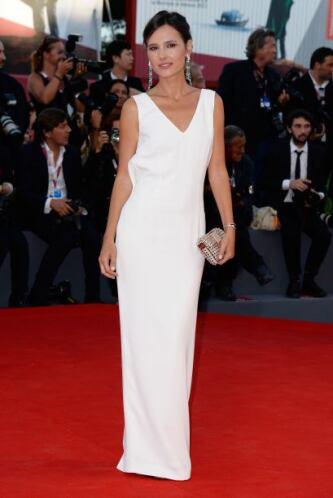 Virginia Ledoyen lució muy elegante con ese vestido recto blanco.
