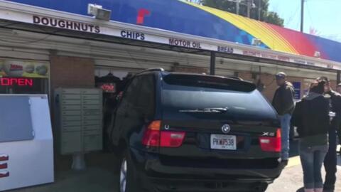 Una furgoneta acaba empotrada en una tienda de Georgia por un error de l...