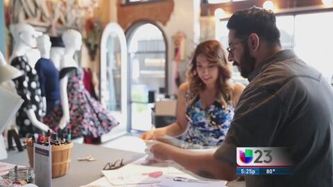 Sonia Salas platica con un diseñador de modas