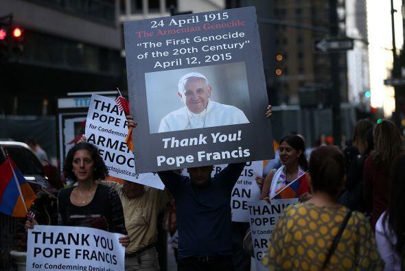 Las pancartas con las que el pontífice fue recibido.