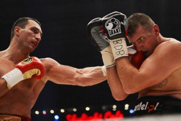 El polaco fue víctima de los golpes del campeón en cada uno de los rounds.
