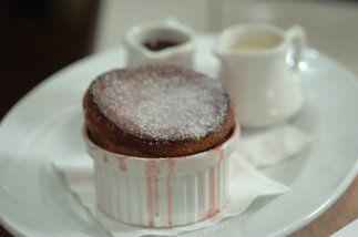 El soufflé de chocolate con fresas: Aquí va la receta de esta especialid...