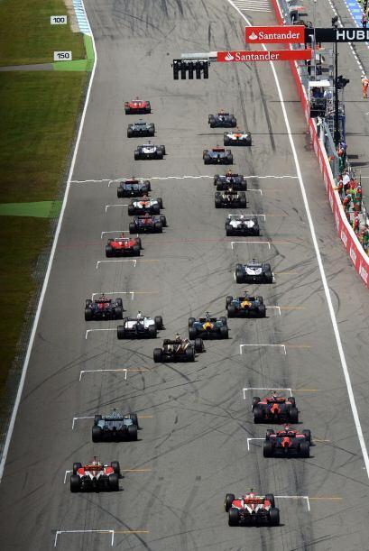 La carrera inició con el español Fernando Alonso a la cabe...