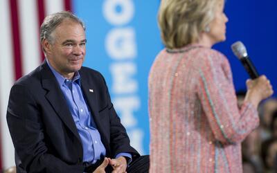 Hillary Clinton acompañada por el senador Tim Kaine durante un acto de c...